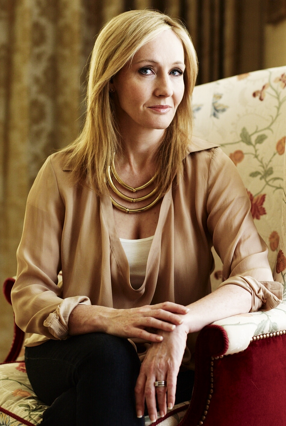 J.K. Rowling: the hands & handprints of the UK author! (Harry Potter) Jk-rowling-official-portrait